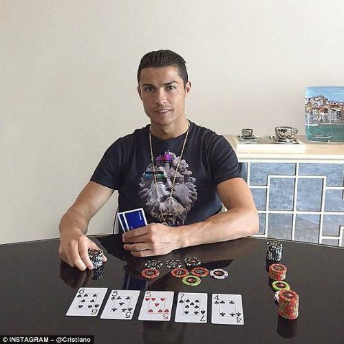 Ronaldo đạt kỉ lục không tưởng trên mạng xã hội - 1