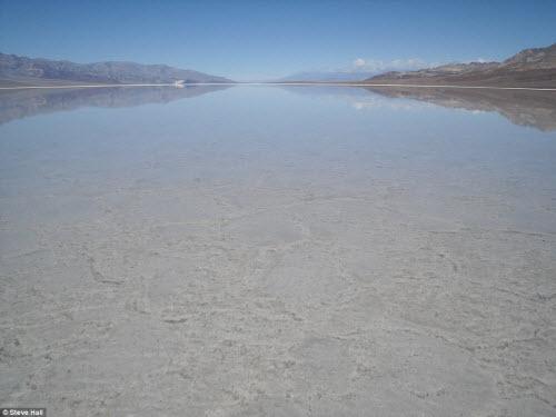 Hồ nước bất ngờ xuất hiện giữa thung lũng Chết - 1