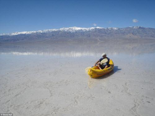 Hồ nước bất ngờ xuất hiện giữa thung lũng Chết - 5