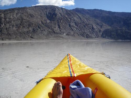 Hồ nước bất ngờ xuất hiện giữa thung lũng Chết - 8