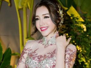 Elly Trần hóa cô dâu thả dáng trên phố đi bộ Nguyễn Huệ