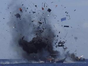 """Vì sao Indonesia """"thích"""" cho nổ tung tàu đánh cá trộm?"""