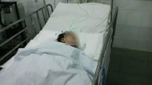 Bé gái 15 tháng tuổi nguy kịch vì chọc tay vào ổ điện - 1