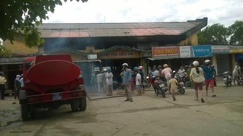 TT- Huế: Chợ Điền Hải cháy rụi, tiểu thương trắng tay - 1