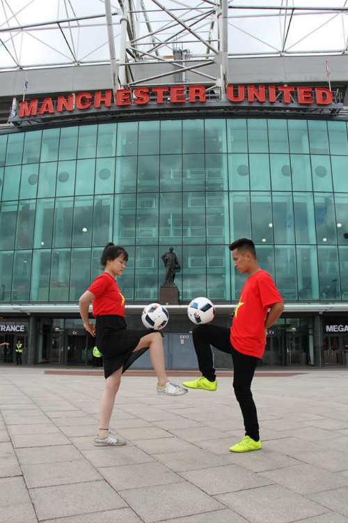 Hình ảnh đẹp như mơ của fan Việt ở Old Trafford - 1