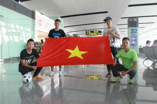 Hình ảnh đẹp như mơ của fan Việt ở Old Trafford - 8