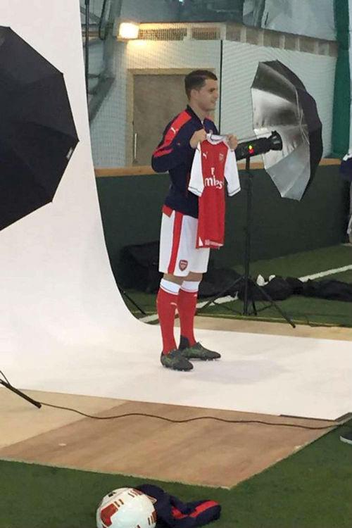Tin HOT tối 21/5: Lộ ảnh Xhaka khoác áo Arsenal - 1