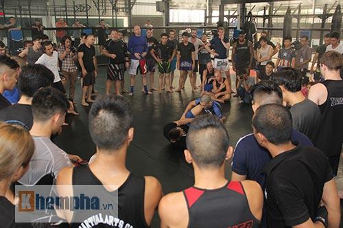 Người đẹp Việt mướt mồ hôi cùng huyền thoại UFC - 1