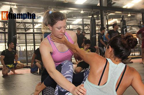 Người đẹp Việt mướt mồ hôi cùng huyền thoại UFC - 10
