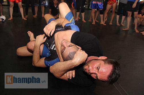 Người đẹp Việt mướt mồ hôi cùng huyền thoại UFC - 2