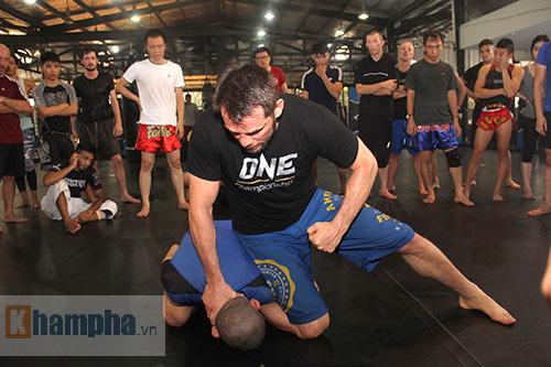 Người đẹp Việt mướt mồ hôi cùng huyền thoại UFC - 3