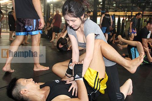 Người đẹp Việt mướt mồ hôi cùng huyền thoại UFC - 5