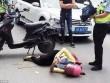 Bị ôtô húc văng, cô gái TQ nằm ngay giữa đường lướt mạng