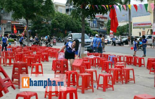 Đeo khẩu trang xem bóng đá độc nhất vô nhị ở Cẩm Phả - 2
