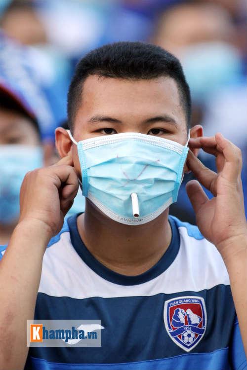 Đeo khẩu trang xem bóng đá độc nhất vô nhị ở Cẩm Phả - 8