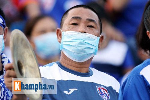 Đeo khẩu trang xem bóng đá độc nhất vô nhị ở Cẩm Phả - 9