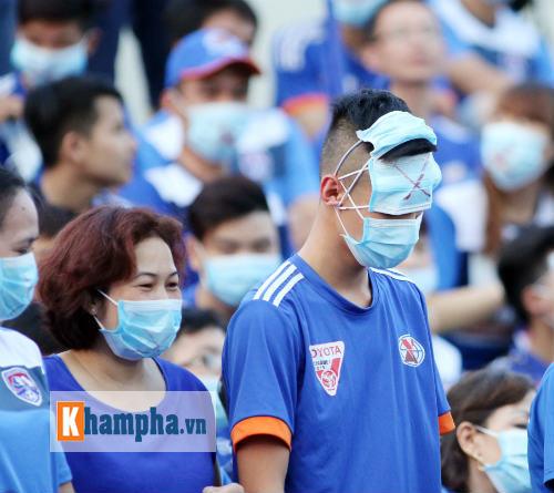 Đeo khẩu trang xem bóng đá độc nhất vô nhị ở Cẩm Phả - 10