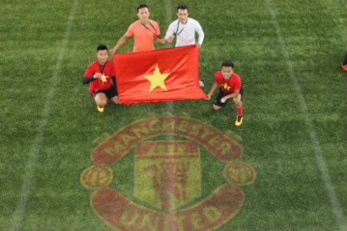 Hình ảnh đẹp như mơ của fan Việt ở Old Trafford - 15