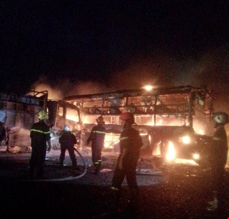 2 xe khách tông nhau bốc cháy, 12 người không thể nhận dạng - 1