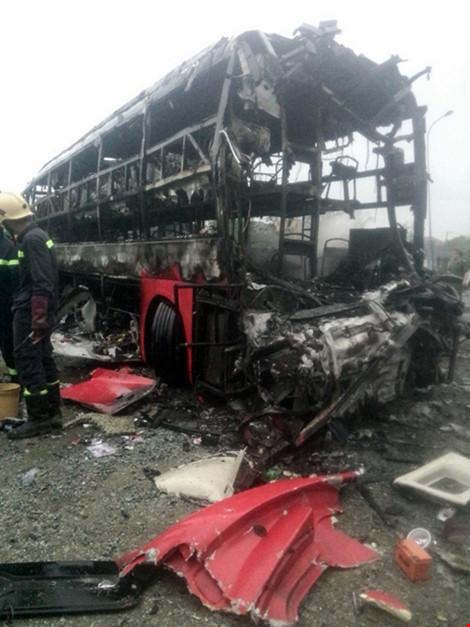 2 xe khách tông nhau bốc cháy, 12 người không thể nhận dạng - 2