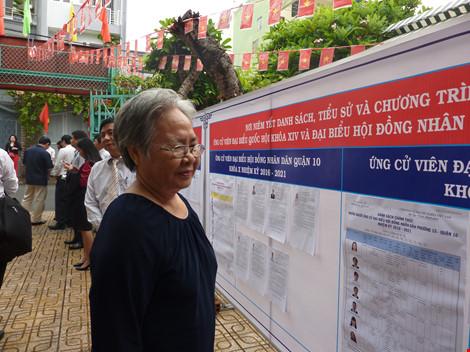 Cụ bà 75 tuổi háo hức đi bầu cử từ sớm - 1