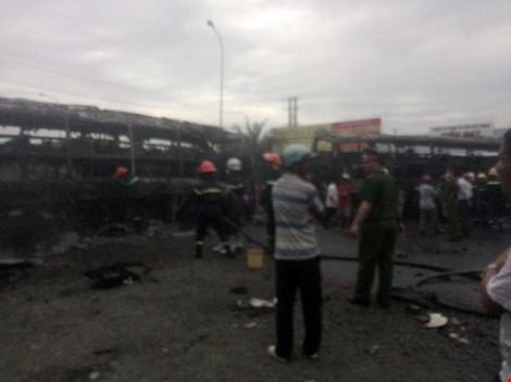 Hiện trường kinh hoàng vụ 2 xe khách tông nhau bốc cháy - 3