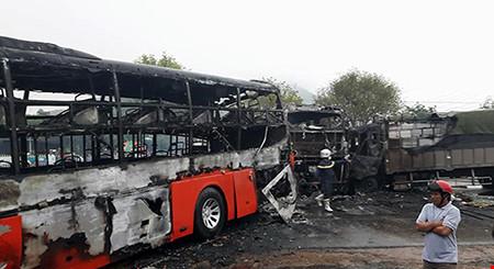 Hiện trường kinh hoàng vụ 2 xe khách tông nhau bốc cháy - 4
