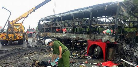 Hiện trường kinh hoàng vụ 2 xe khách tông nhau bốc cháy - 5