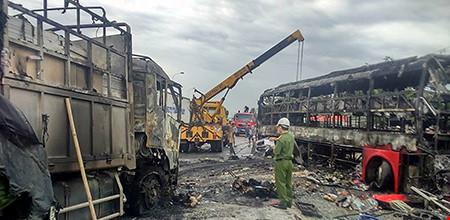 Hiện trường kinh hoàng vụ 2 xe khách tông nhau bốc cháy - 6
