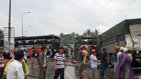 Hiện trường kinh hoàng vụ 2 xe khách tông nhau bốc cháy - 7