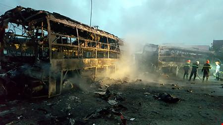Hiện trường kinh hoàng vụ 2 xe khách tông nhau bốc cháy - 8
