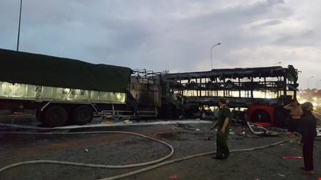 Hiện trường kinh hoàng vụ 2 xe khách tông nhau bốc cháy - 9
