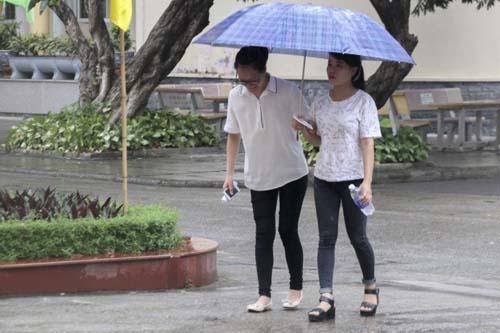 Cựu sinh viên liệt 2 chân đội mưa đi bỏ phiếu - 10