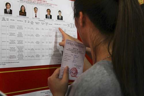 Cựu sinh viên liệt 2 chân đội mưa đi bỏ phiếu - 9