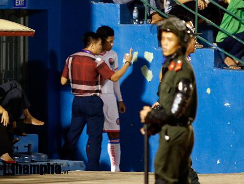 HLV Nguyễn Đức Thắng bị đuổi vì phản ứng trọng tài - 8