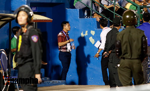 HLV Nguyễn Đức Thắng bị đuổi vì phản ứng trọng tài - 9