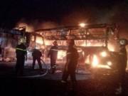 Tin tức trong ngày - 2 xe khách tông nhau bốc cháy, 12 người không thể nhận dạng