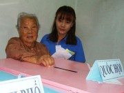 Tin tức trong ngày - Cụ bà 107 tuổi đến tận điểm bầu cử để bỏ phiếu