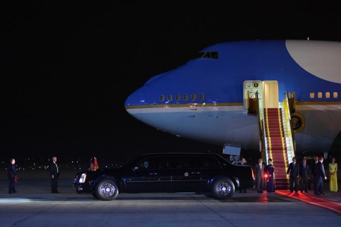"""Khoảnh khắc ông Obama rời Không lực một, lên """"quái thú"""" - 12"""