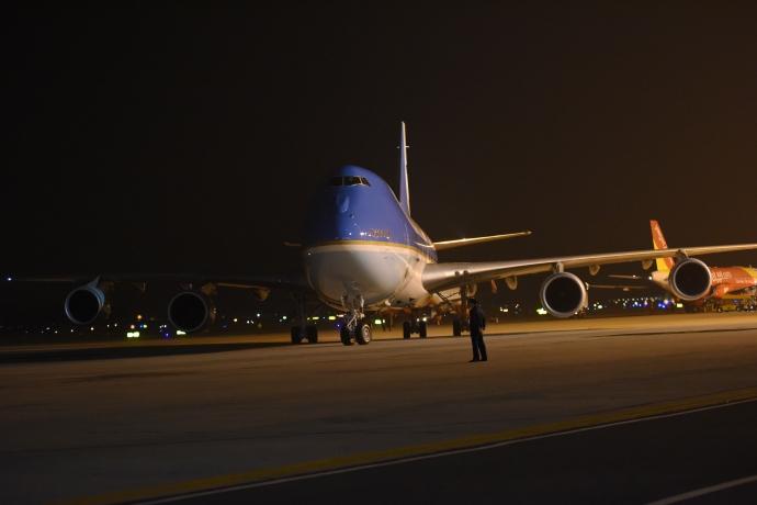 """Khoảnh khắc ông Obama rời Không lực một, lên """"quái thú"""" - 5"""