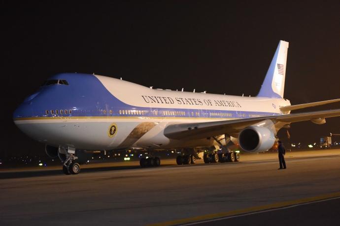 """Khoảnh khắc ông Obama rời Không lực một, lên """"quái thú"""" - 6"""