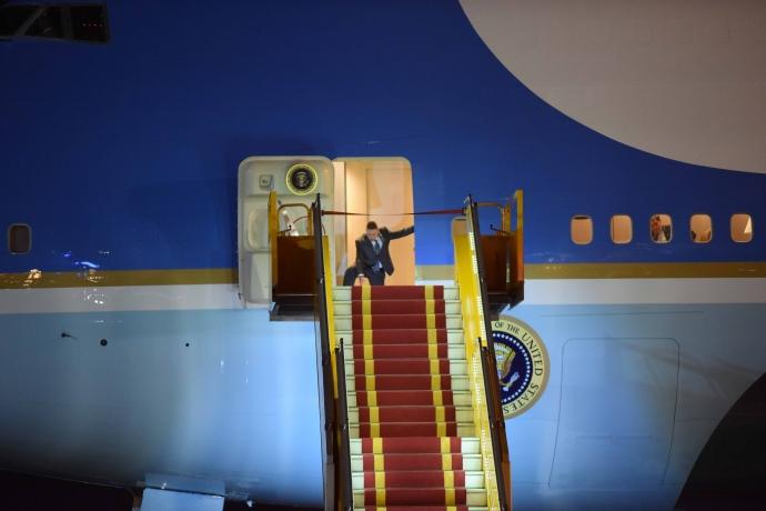 """Khoảnh khắc ông Obama rời Không lực một, lên """"quái thú"""" - 8"""