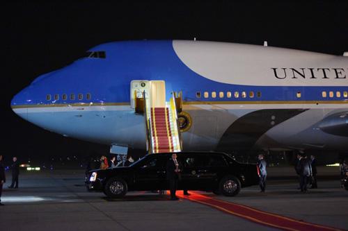 """Khoảnh khắc ông Obama rời Không lực một, lên """"quái thú"""" - 7"""