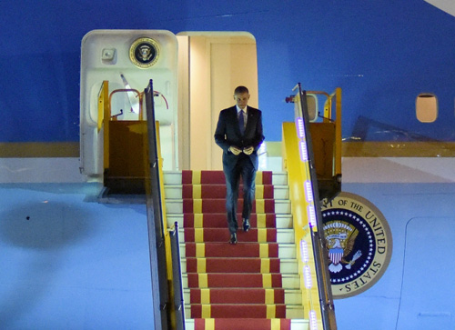 """Khoảnh khắc ông Obama rời Không lực một, lên """"quái thú"""" - 1"""