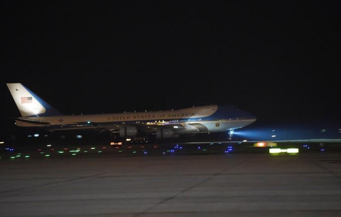 """Khoảnh khắc ông Obama rời Không lực một, lên """"quái thú"""" - 4"""