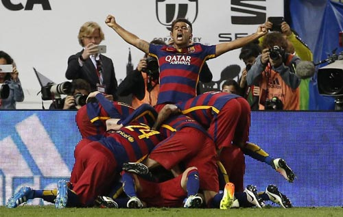 Barca mừng công: Messi hôn vợ, Pique cắt lưới - 1