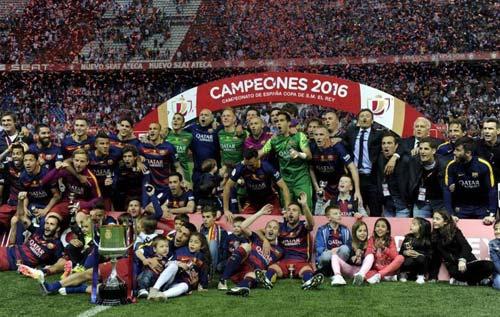 Barca mừng công: Messi hôn vợ, Pique cắt lưới - 6