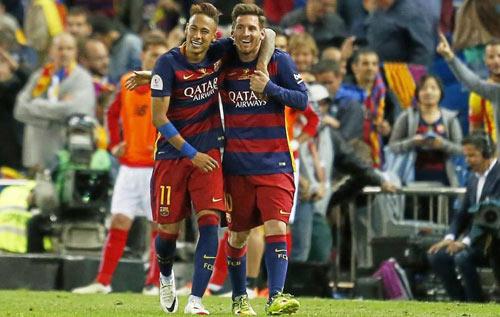 Barca mừng công: Messi hôn vợ, Pique cắt lưới - 2