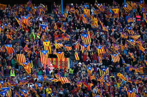 Barca mừng công: Messi hôn vợ, Pique cắt lưới - 4