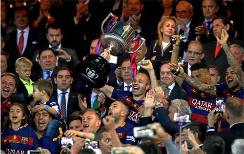Barca mừng công: Messi hôn vợ, Pique cắt lưới - 12
